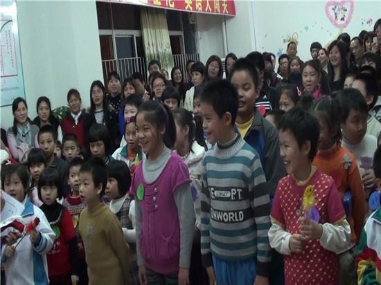 同学们合唱圣诞歌曲-圣诞活动简讯迪士尼英语